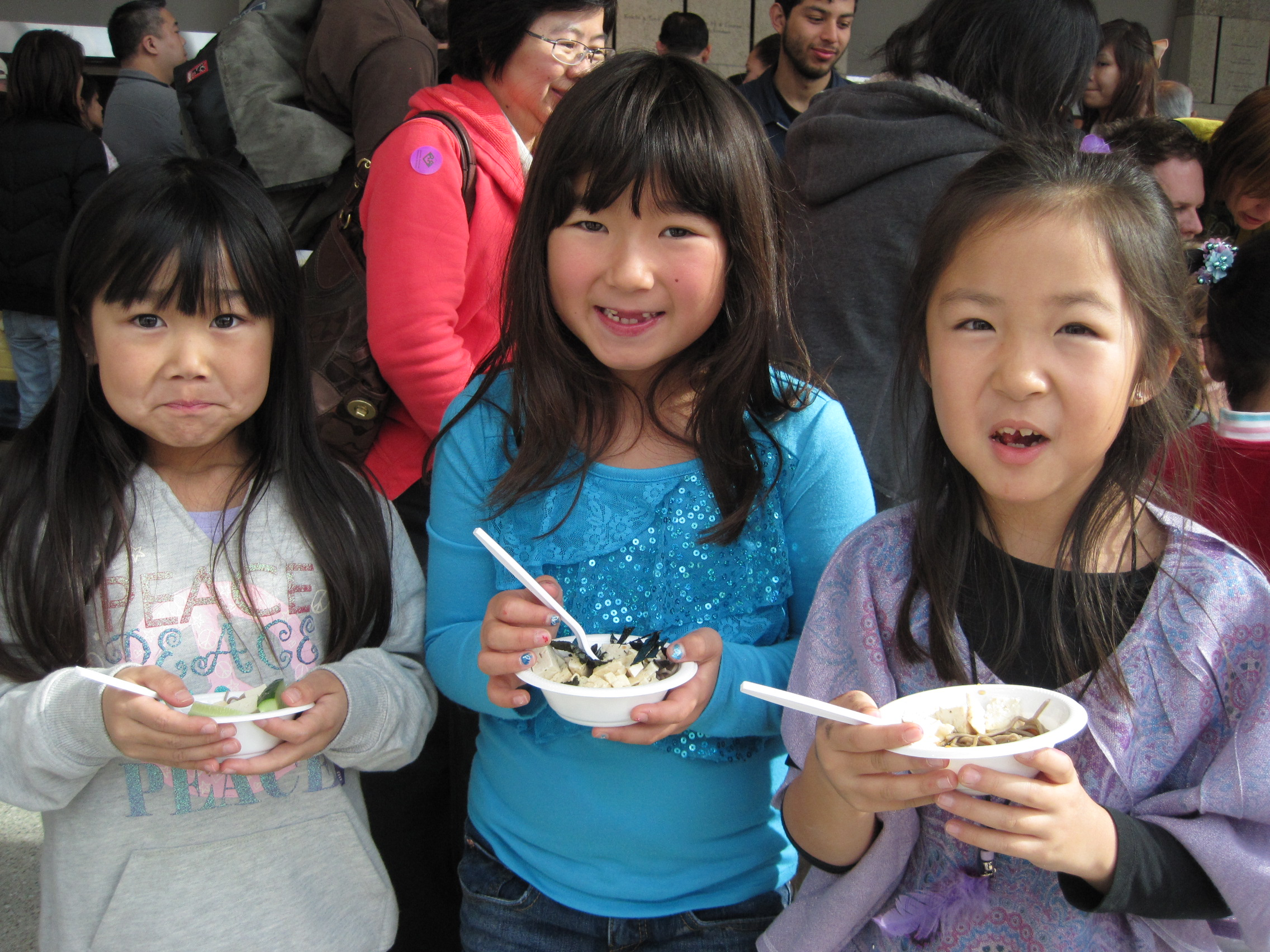 3 girls enjoying zaru soba at the 2013 Oshogatsu Family Festival
