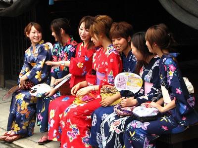 800px-Girls_in_kimonos