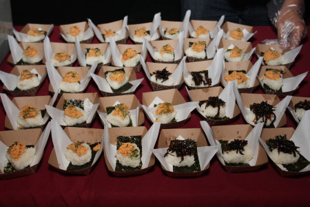 Tasty bites were provided by Mama Musubi. Photo by Richard Murakami.
