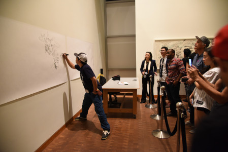 Katsuya Terada wows onlookers with his live drawing skills. Photo by Nobuyuki Okada.